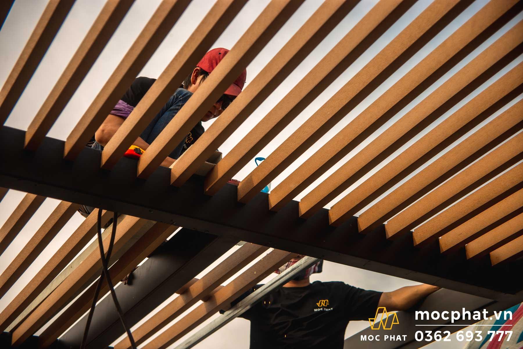 Hình ảnh thợ mộc phát thi công mái lam che nắng