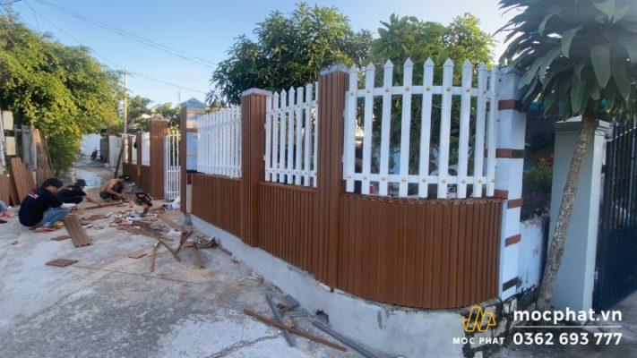Hàng rào gỗ nhựa xen kẽ 2 màu đen, trắng
