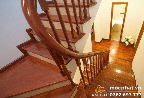 mặt cầu thang gỗ căm xe
