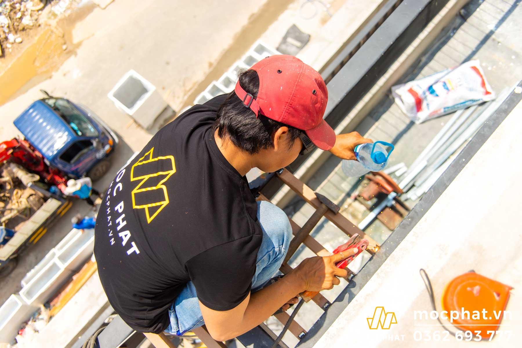 Thợ mộc phát đang thi công lam chắn nắng Villa chị Thảo quận 2
