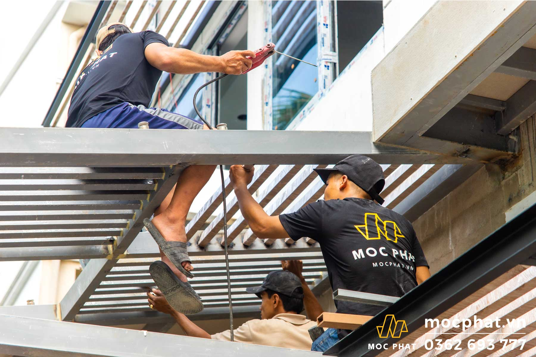 Hình ảnh thợ mộc phát đang thi công công trình mái lam che nắng tại quận 7