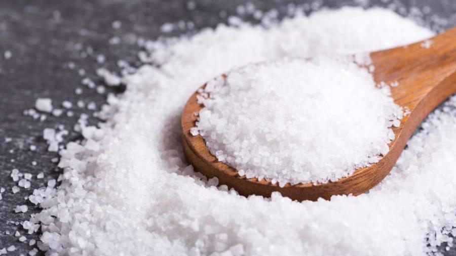 Muối được ứng dụng khá tốt để tẩy vết nước chè trên sàn gỗ