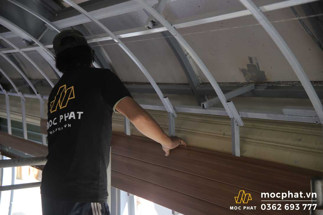 lắp trần gỗ nhựa composite