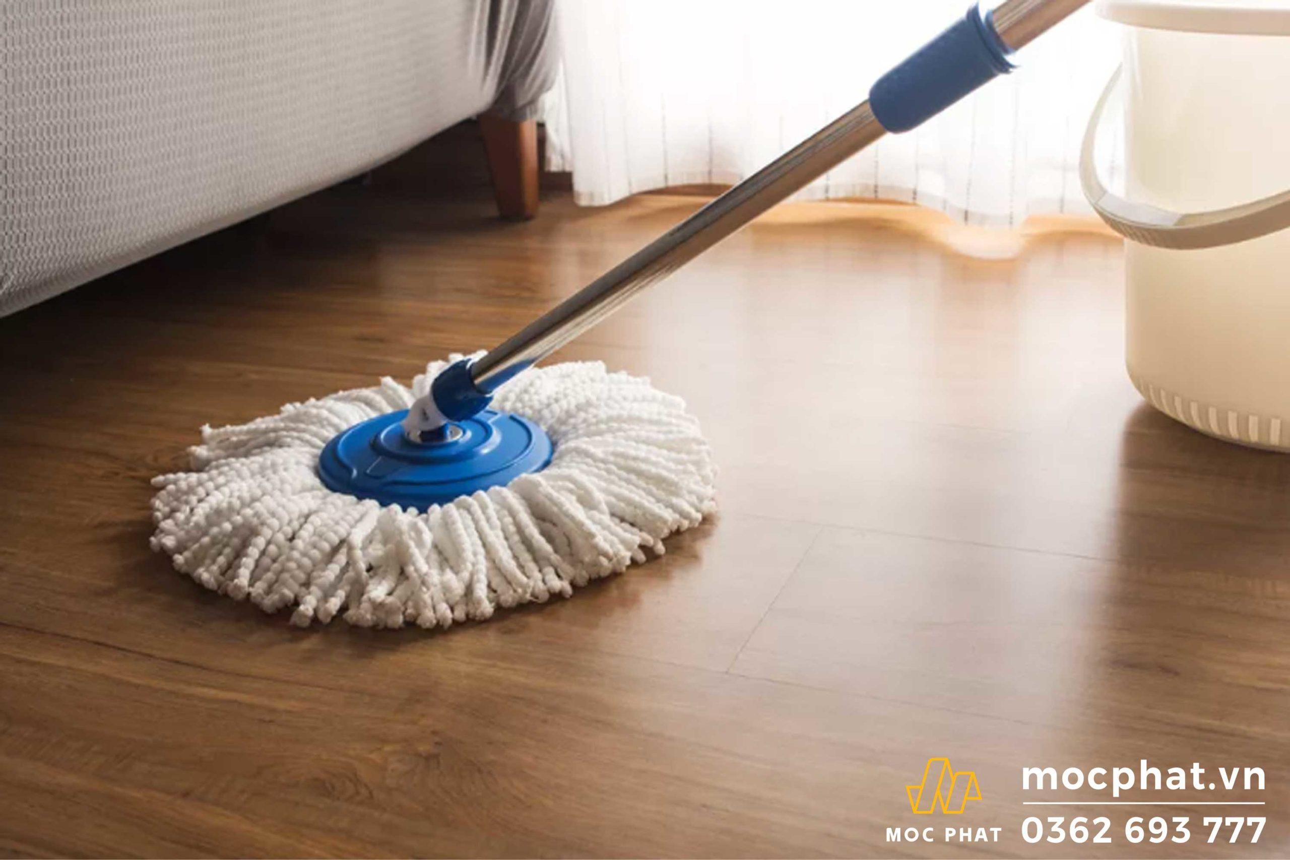 Sử dụng cây lau nhà khô để thấm hơi nồm trên nền nhà