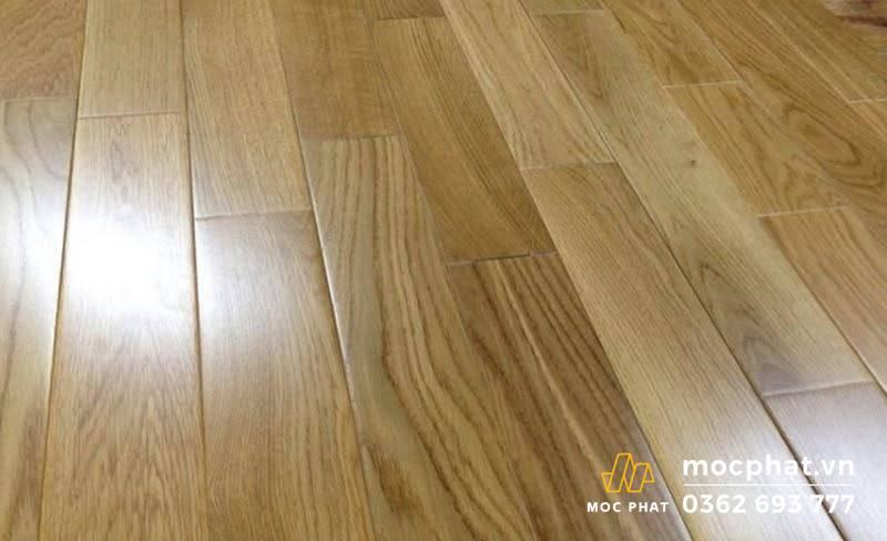 Sàn gỗ tự nhiên có vẻ ngoài bóng đẹp, và láng mịn