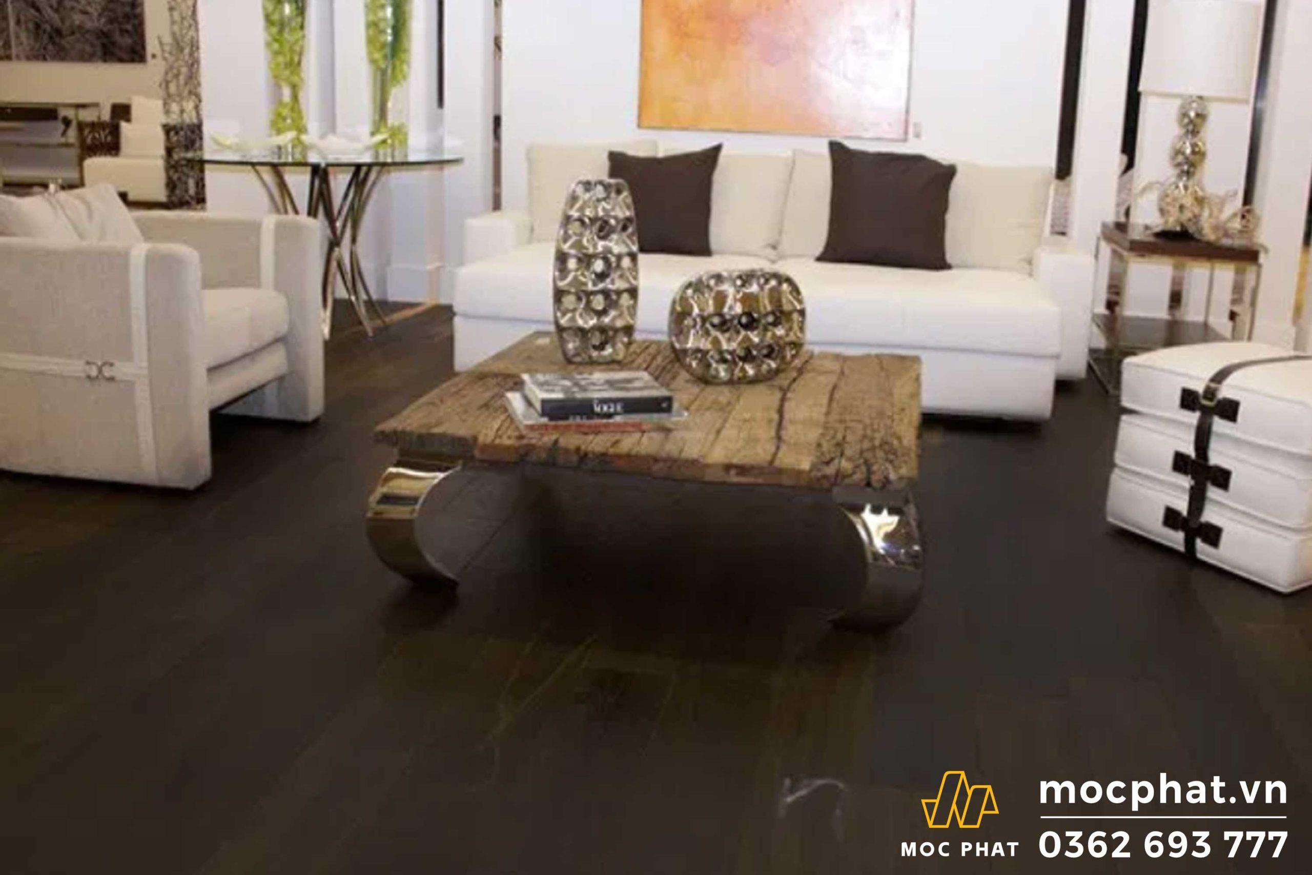 Tường trắng kết hợp sàn gỗ tông màu ấm tạo nên điểm nhấn độc đáo - cách lựa chọn màu sắc sàn gỗ