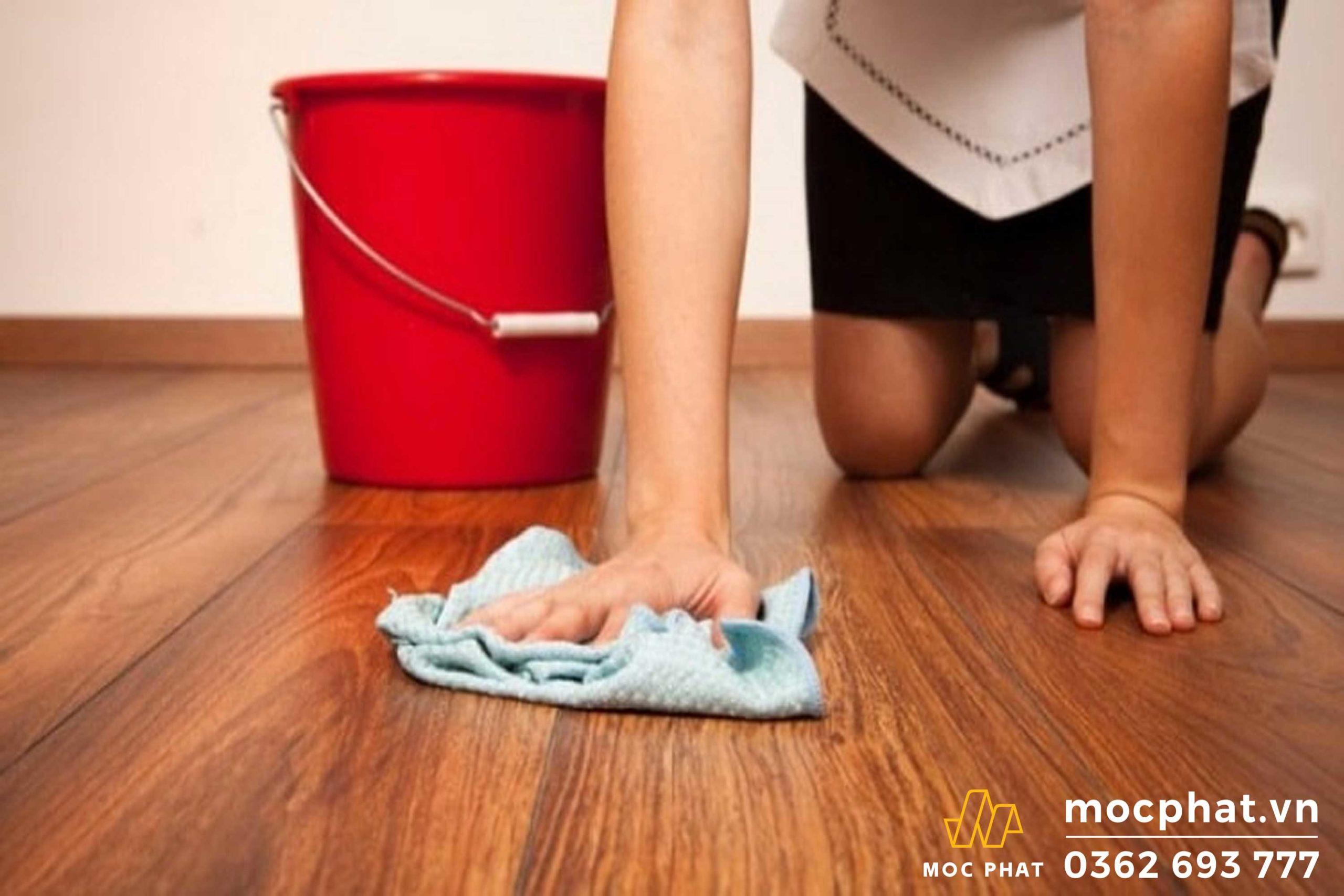 Lau sàn nhà không đúng cách khiến sàn gỗ trong nhà bị ngấm nước