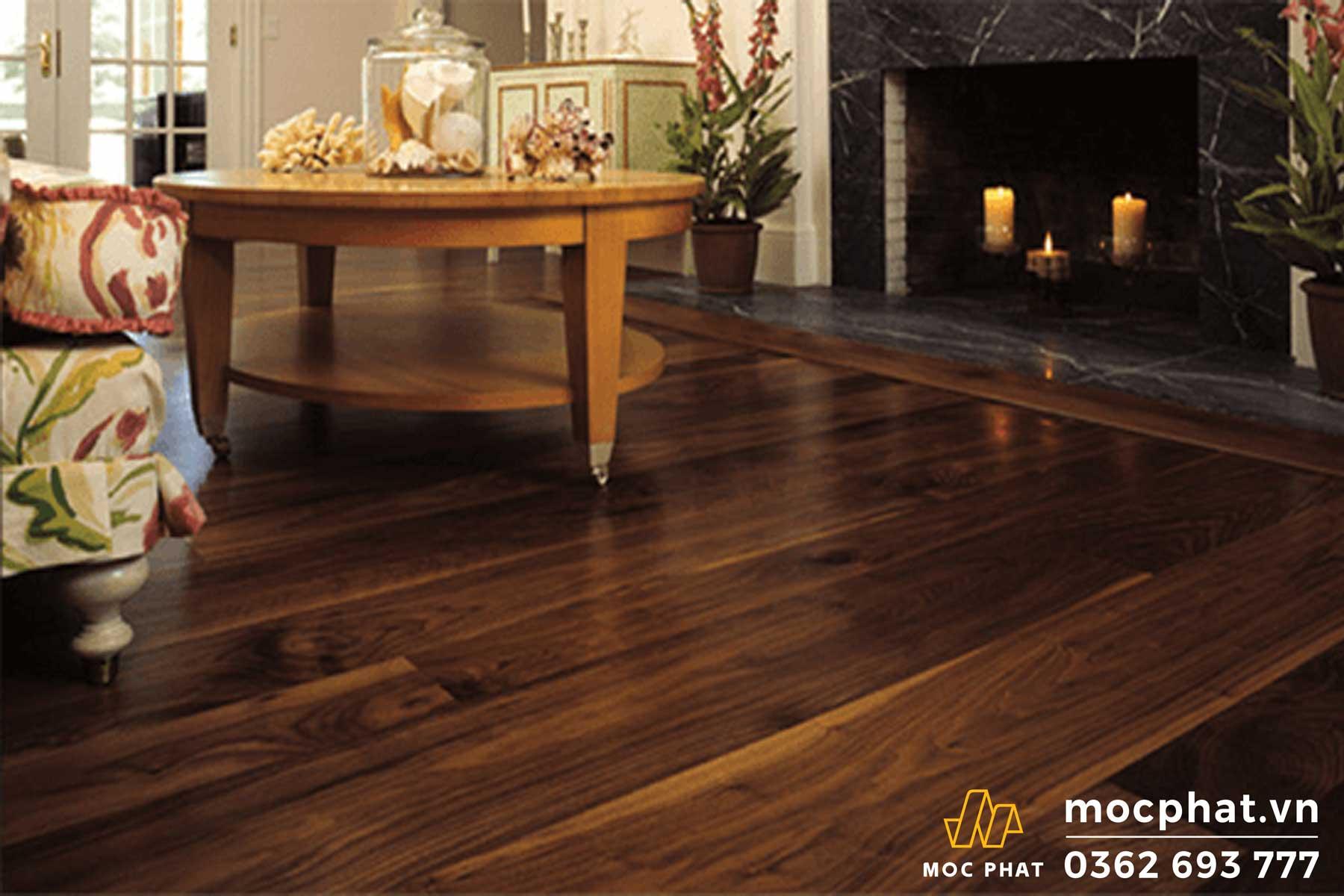 Hình 1. Vệ sinh sàn gỗ tự nhiên