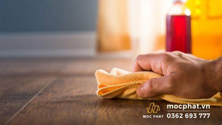 Sử dụng khăn mềm thấm hóa chất diệt mối