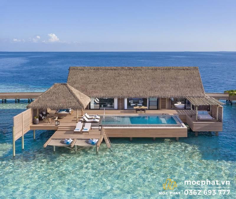 Sàn gỗ hồ bơi ở resort Hilton Maldives