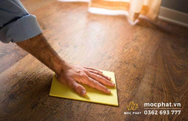 Luôn lau chùi thường xuyên để giúp sàn gỗ sạch bóng loáng
