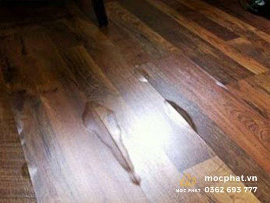 Sàn gỗ bị cong vênh do ngoại cảnh