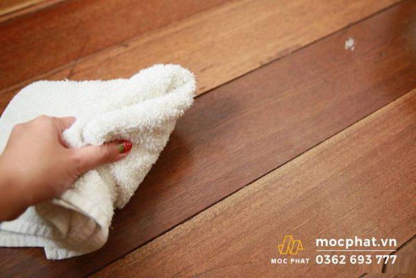 Lau sạch vùng trầy xước - bước đầu trong cách xử lý sàn gỗ bị xước
