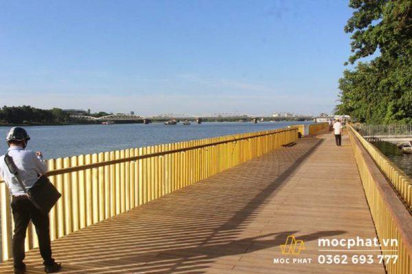 Công trình sàn gỗ dọc bờ sông Hương