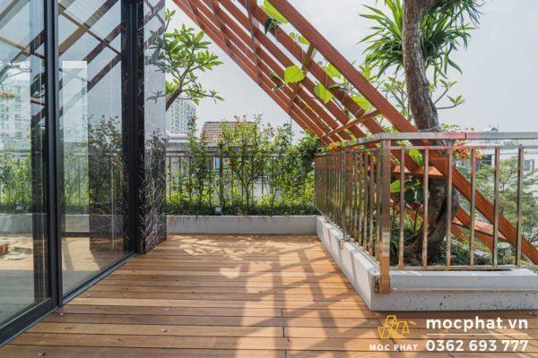 Công trình thi công sàn gỗ sân thượng làm bằng gỗ tần bì biến tính tại biệt thự quận 8
