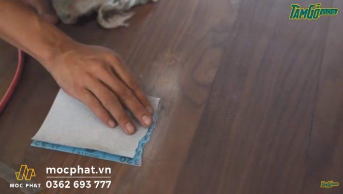 Hình 3 - Chà nhám các vết keo, vết xước trên sàn gỗ