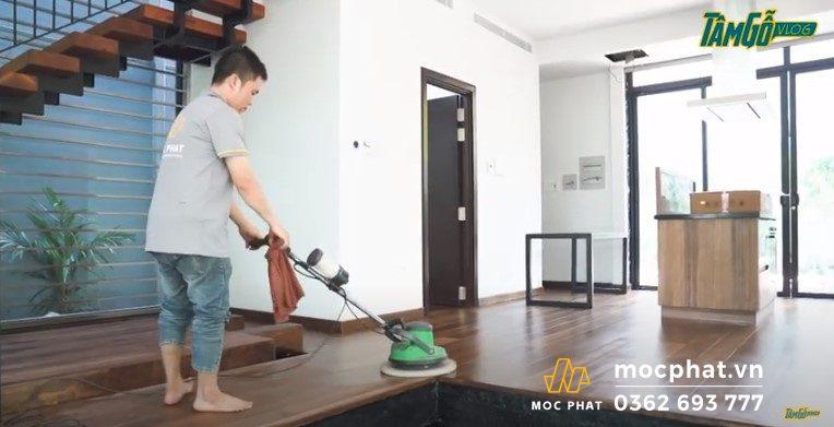 Hình 5 – Sử dụng máy lau dầu Osmo để lau sàn