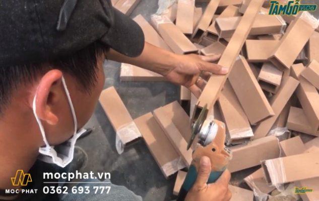 Hình 2 - Tiến hành mổ ngàm cho lam gỗ thi công mái lam chắn nắng