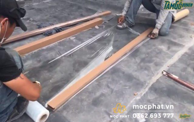 Hình 4 - Bọc màng PE vào lam gỗ