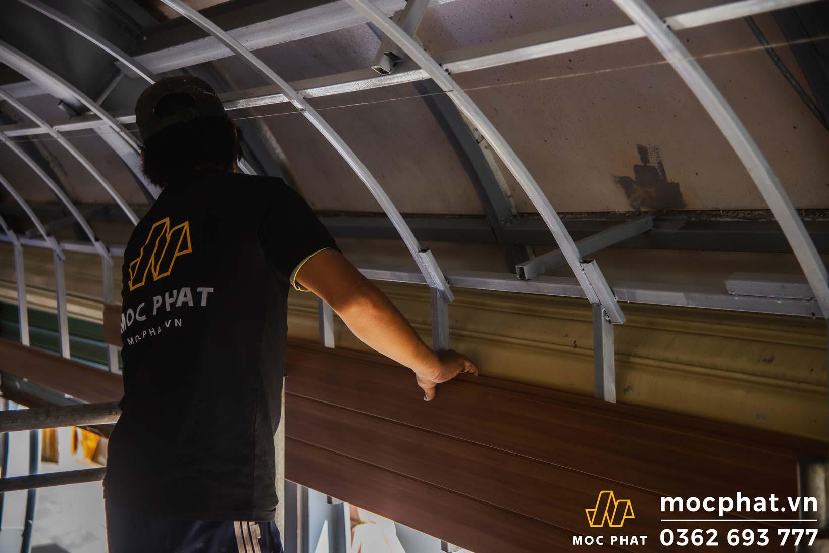 thi công trần gỗ nhựa Composite