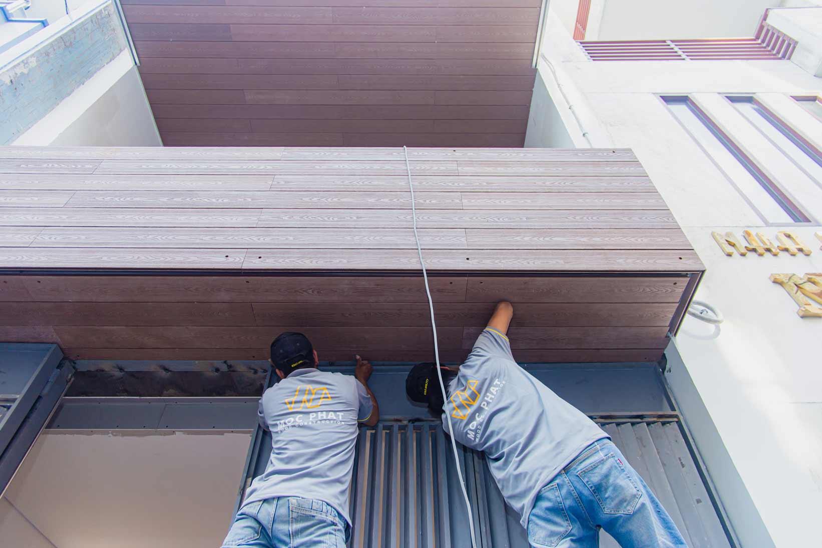 Hình ảnh thi công ốp ban công gỗ nhựa composite