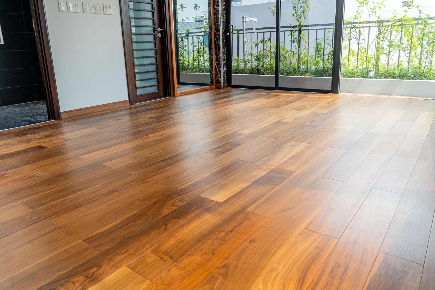 Hình ảnh thi công sàn gỗ tự nhiên trong nhà