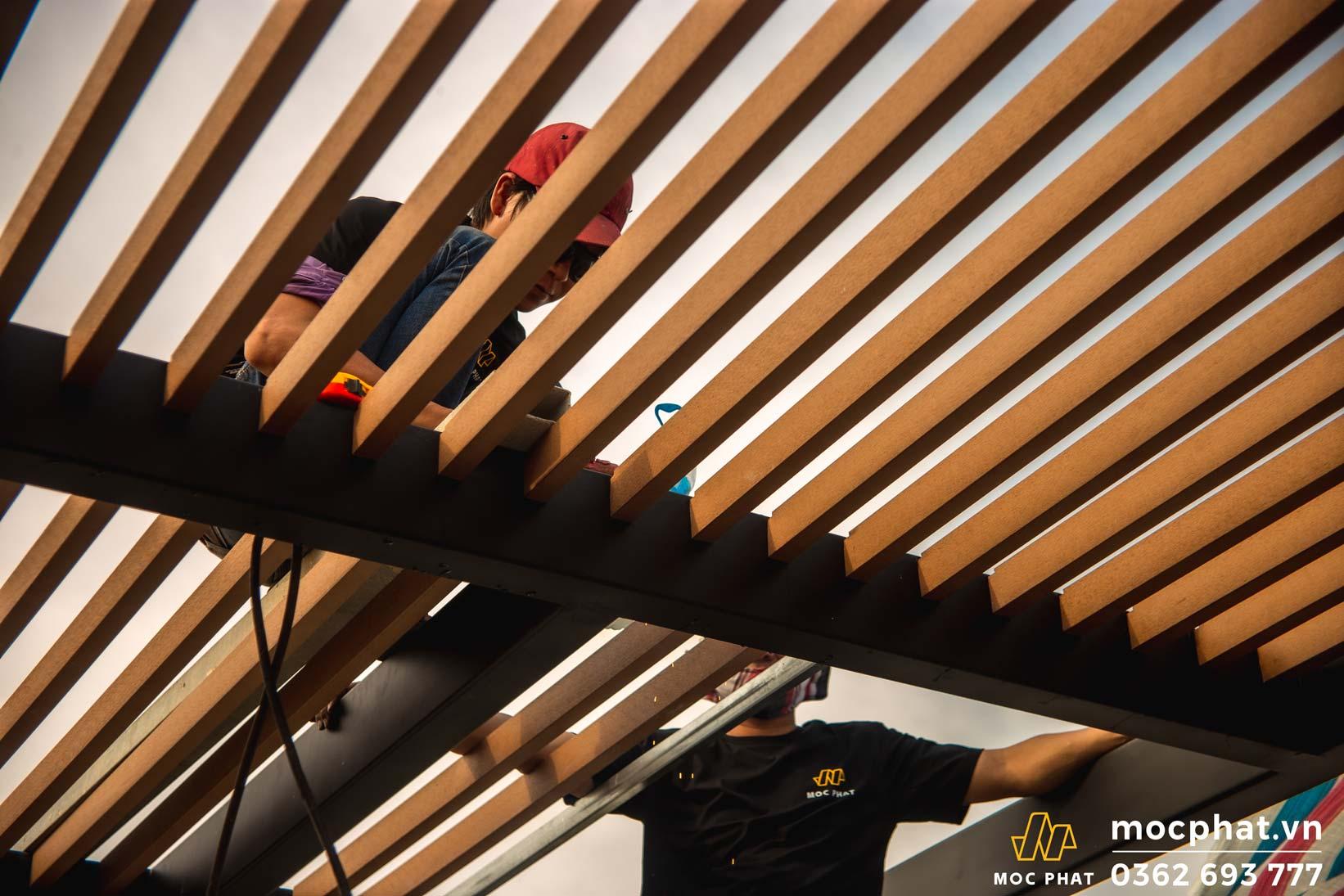 thi công lam chắn nắng bằng gỗ nhựa composite