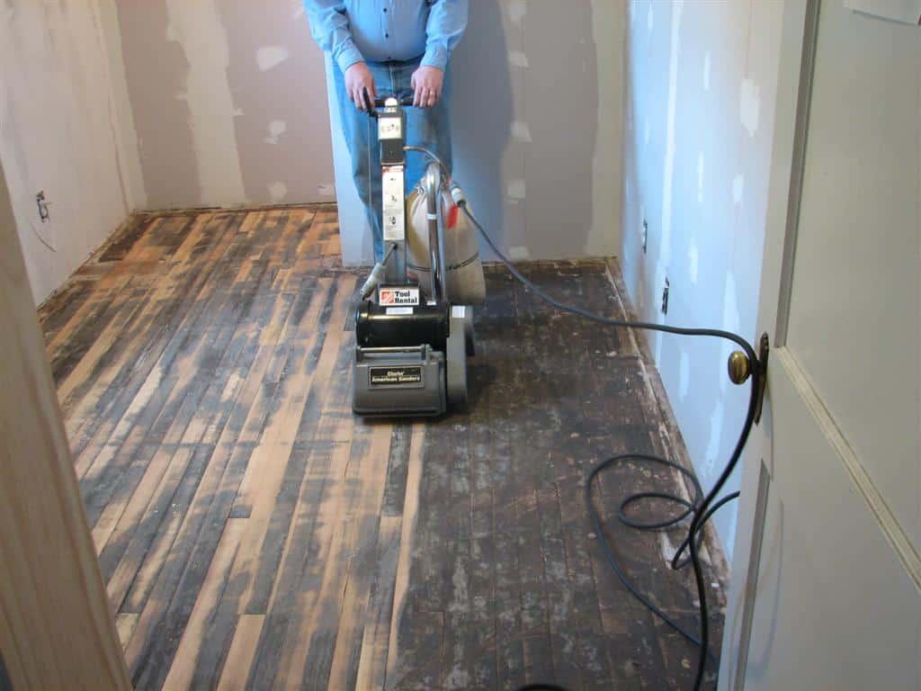 Dùng máy tăng loại bỏ lớp PU cũ để cải tạo sàn gỗ