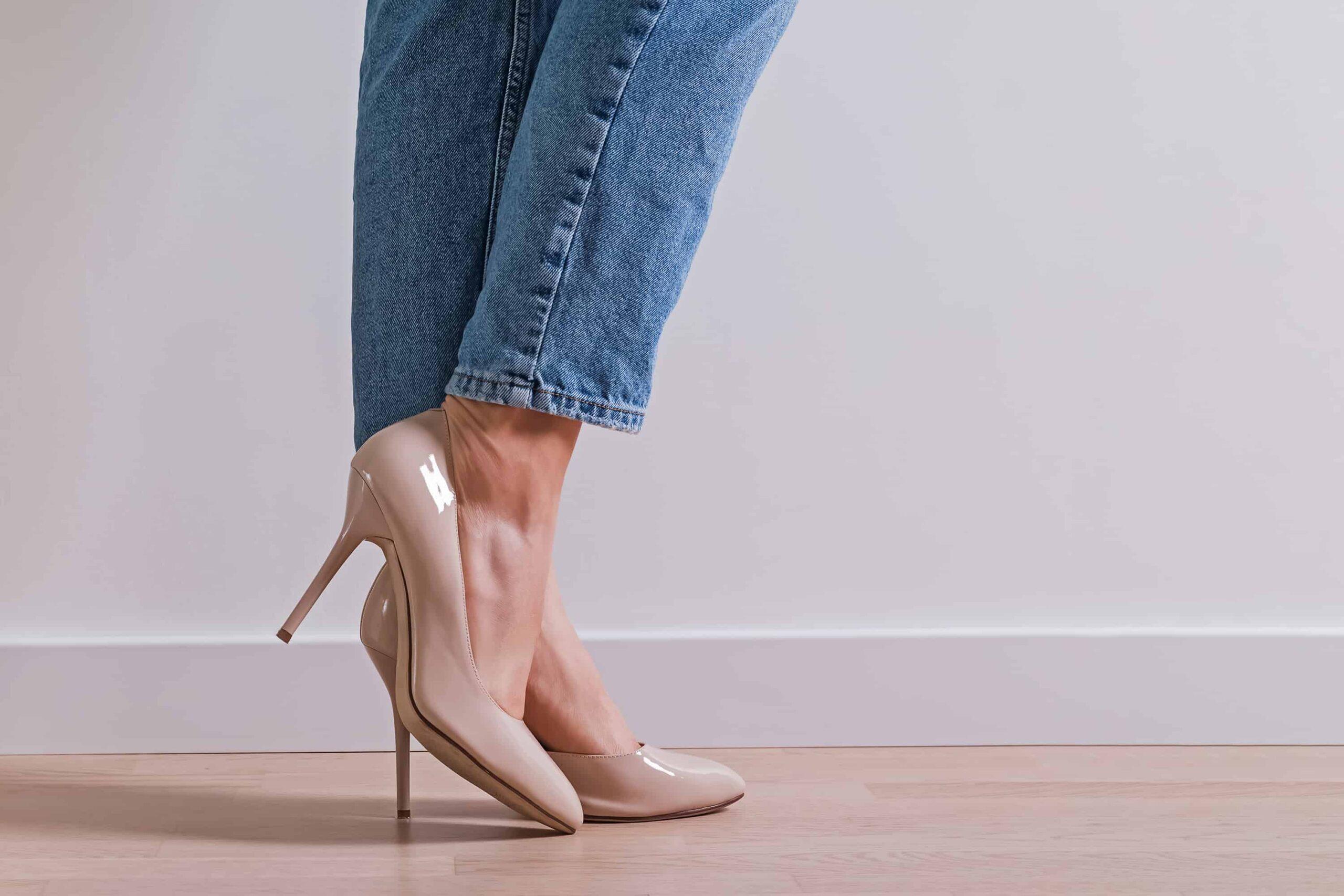 Không được mang giày cao gót lên sàn gỗ