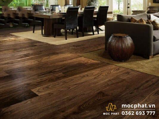 Sàn nhựa giả gỗ óc chó có gam màu tối rất giống với sàn gỗ tự nhiên