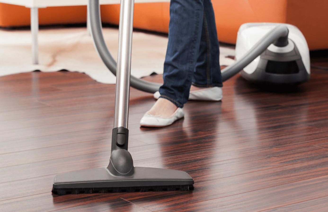 Dùng máy hút bụi để làm sạch các bụi bẩn khó tiếp cận