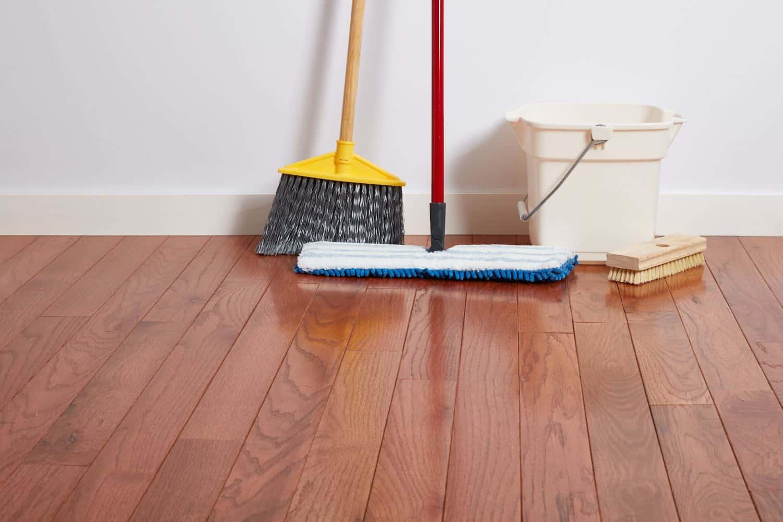 Lau sàn gỗ bằng chổi lông mềm