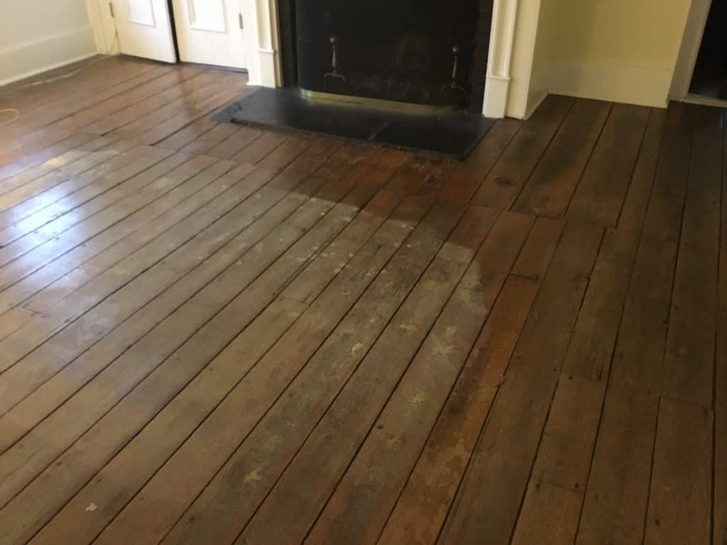 Sàn gỗ tự nhiên bị dơ bẩn
