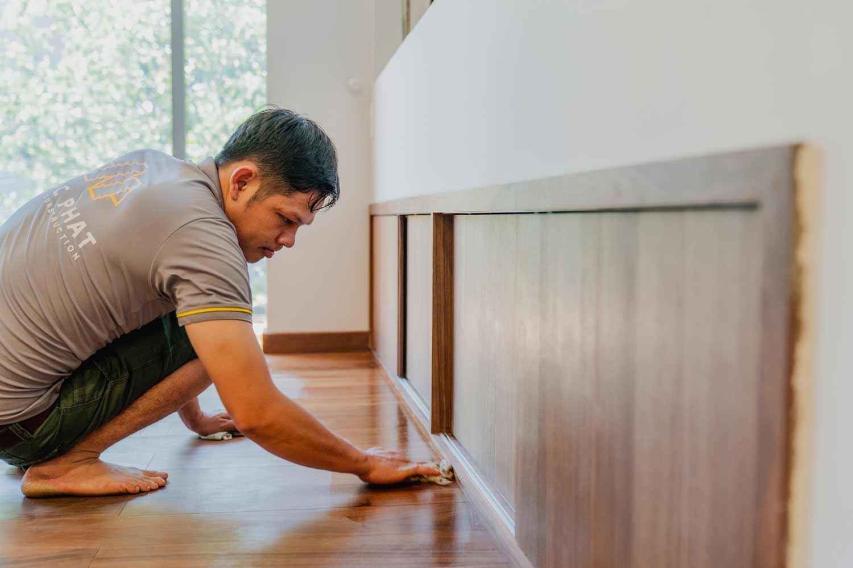 Hình ảnh kỹ thuật mộc phát lau dầu gỗ sau thi công sàn gỗ