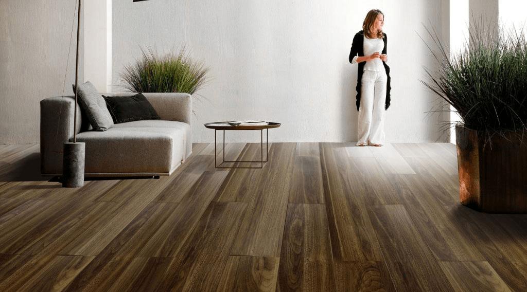 Công đoạn lắp phào chân tường - thi công sàn gỗ công nghiệp