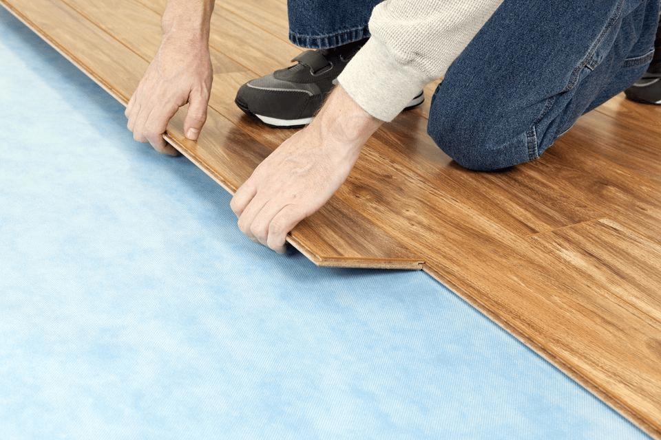Một lớp lót sàn được áp dụng trước khi lắp đặt sàn gỗ kỹ thuật