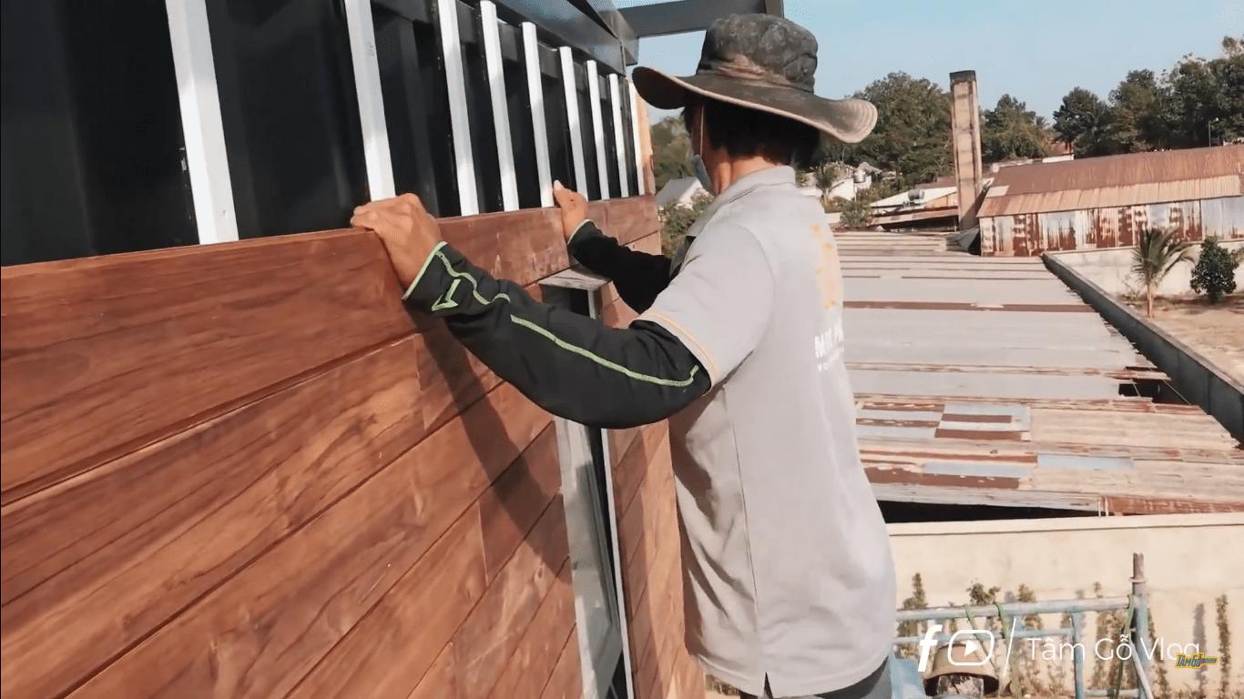 Lắp tấm ván gỗ