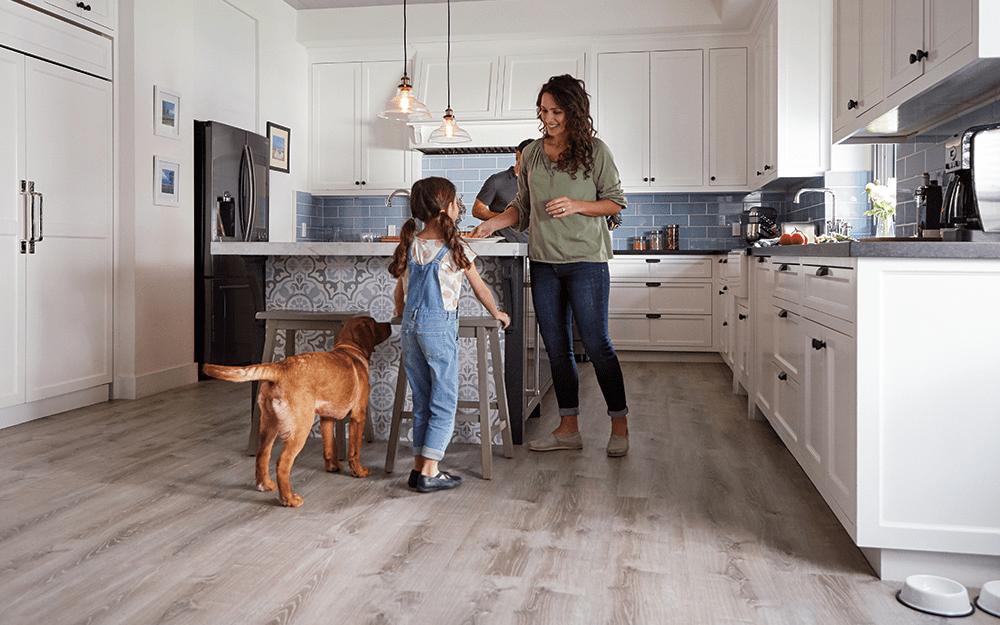Sàn vinyl dễ dàng lau chùi, giúp việc vệ sinh sàn nhà của bạn nhanh chóng hơn