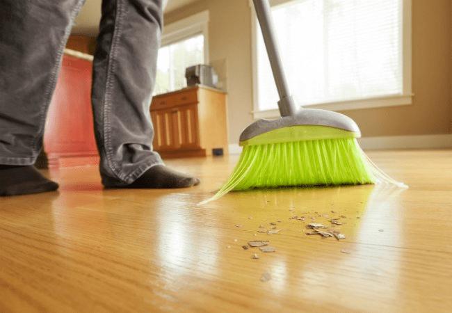 Bạn nên sử dụng chổi sợi nhỏ để quét sàn tre