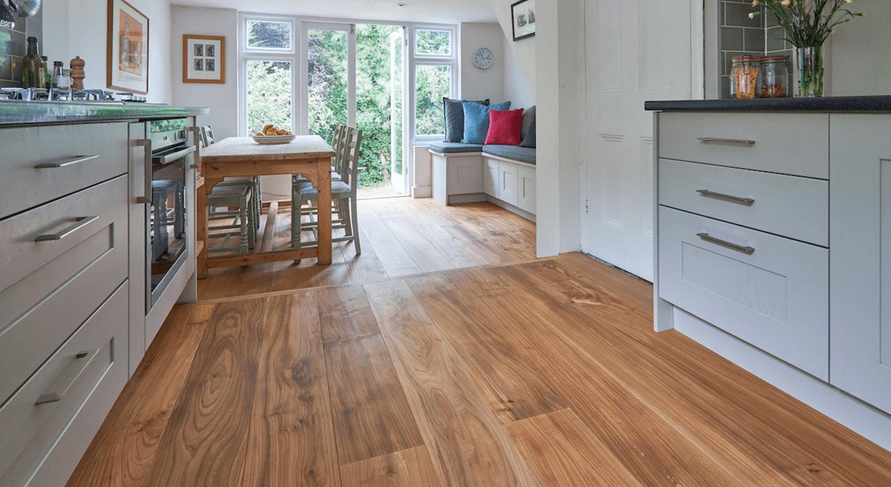 Sàn gỗ kỹ thuật được lắp đặt phổ biến cho phòng bếp