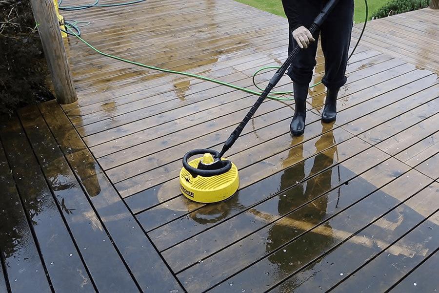 Bạn nên tránh ánh nắng trực tiếp trước khi vệ sinh sàn gỗ ngoài trời