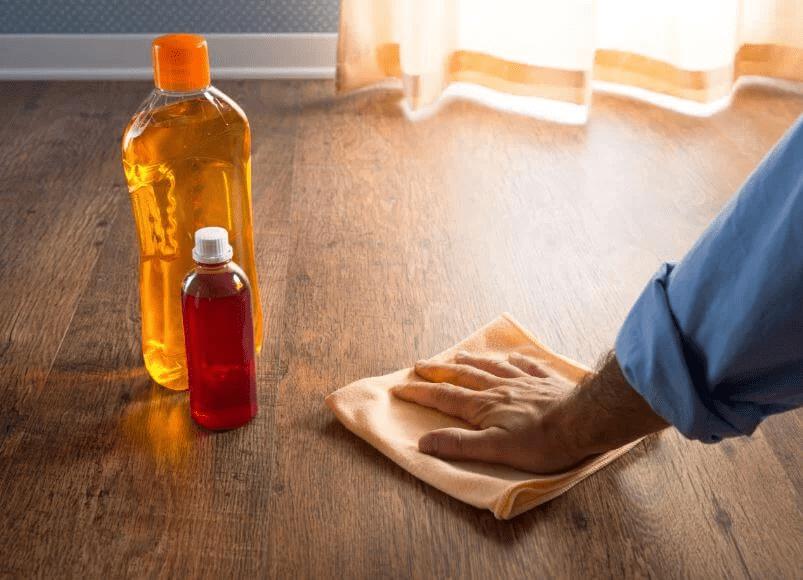 Quét dầu định kỳ để giữ độ bóng khỏe cho sàn gỗ Teak